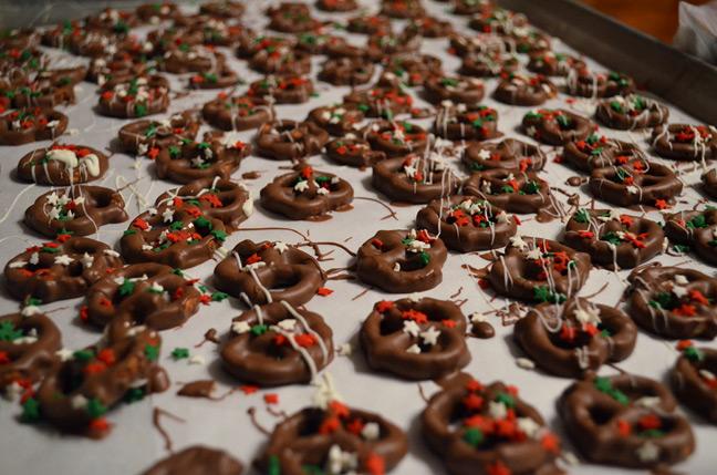 chocolate covered pretzels - Christmas Chocolate Covered Pretzels